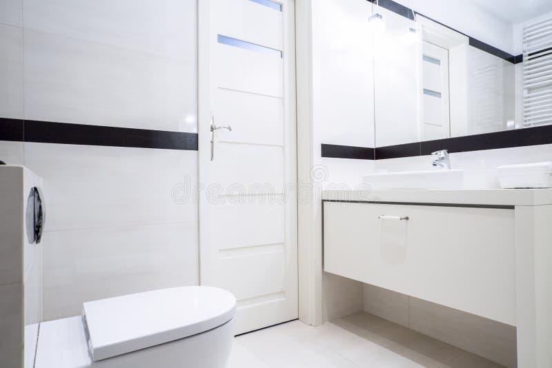 Piccolo bagno in bianco e nero immagine stock immagine di pavimento interno 47303401 - Bagno bianco e nero ...