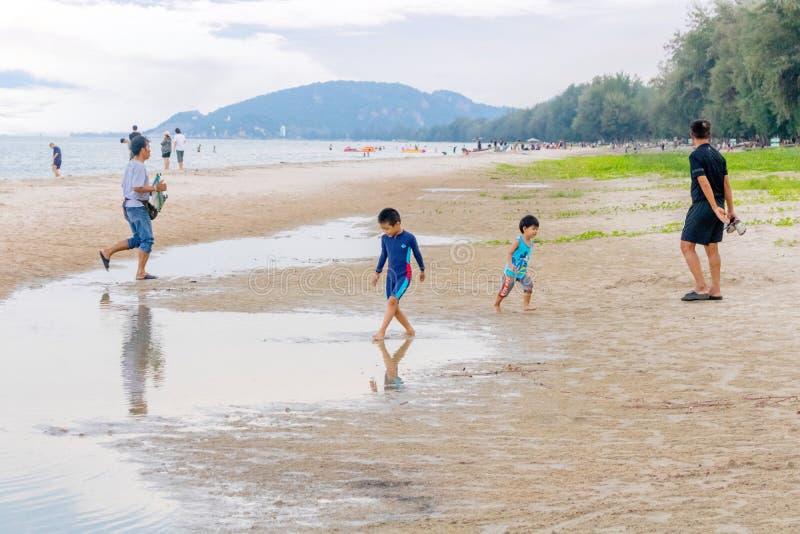 Piccolo bambini che giocano insieme a Hua Hin Beach in vacanza Hua Hin, Tailandia 14 ottobre 2017 immagine stock