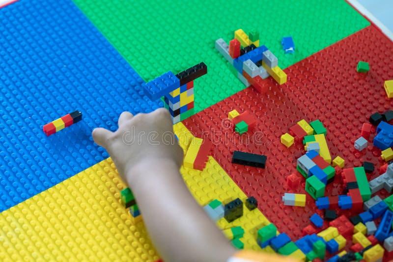 Piccolo bambini sta giocando i giocattoli nella Camera fotografia stock libera da diritti