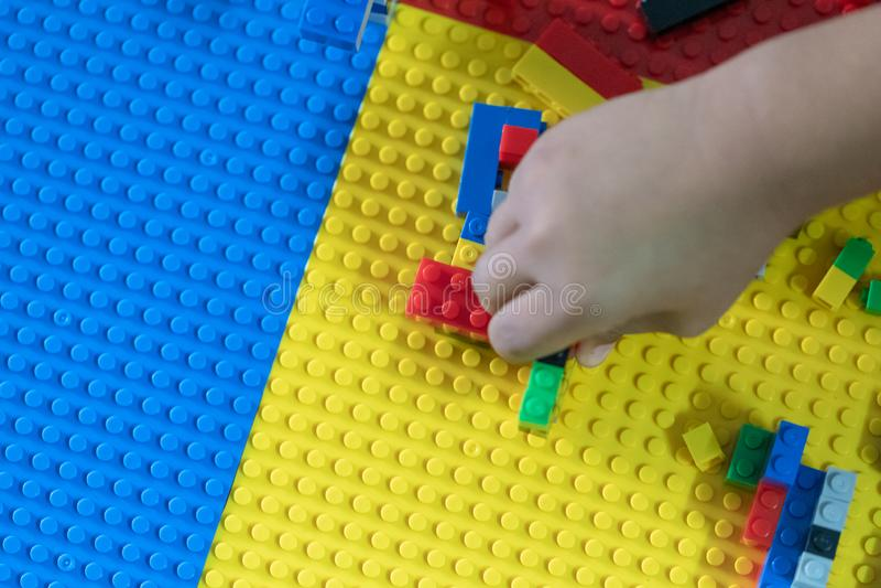 Piccolo bambini sta giocando i giocattoli nella Camera fotografie stock