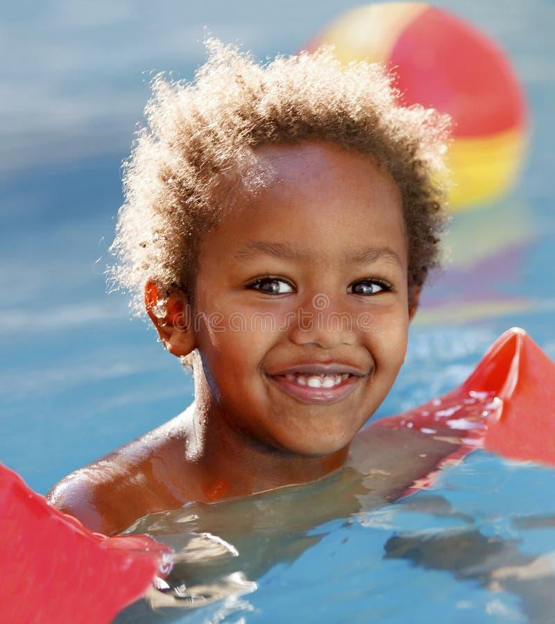 Piccolo bambino africano nello stagno immagine stock libera da diritti