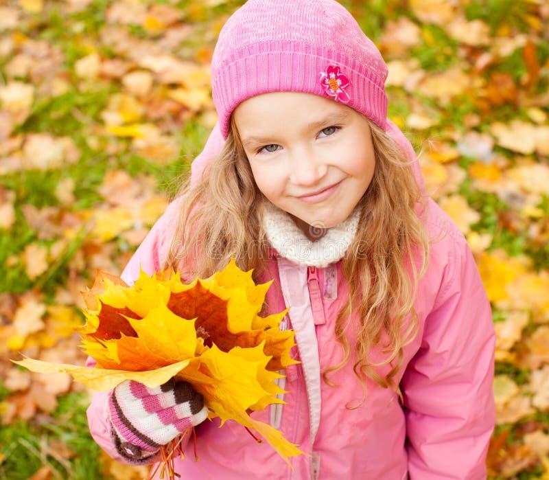 Piccolo bambino all'autunno fotografie stock libere da diritti