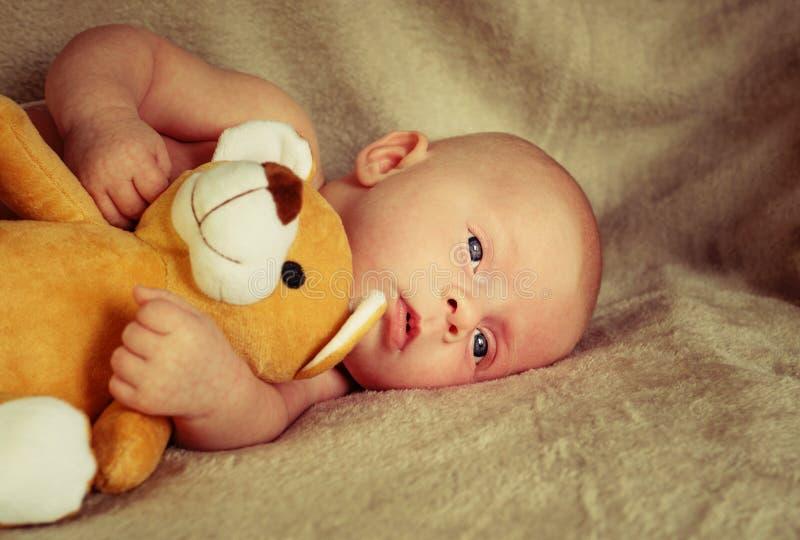 Piccolo bambino caucasico tiene il giocattolo immagine stock libera da diritti