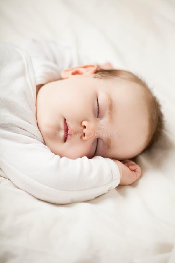 Piccolo bambino che dorme a casa fotografie stock libere da diritti