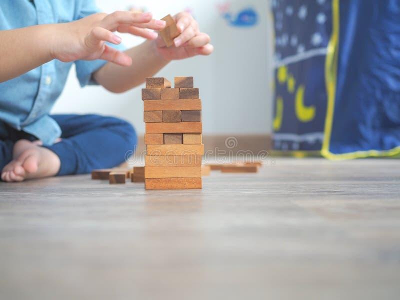 Piccolo bambino che gioca con i blocchi di legno fotografie stock