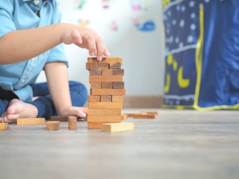 Piccolo bambino che gioca con i blocchi di legno immagine stock libera da diritti