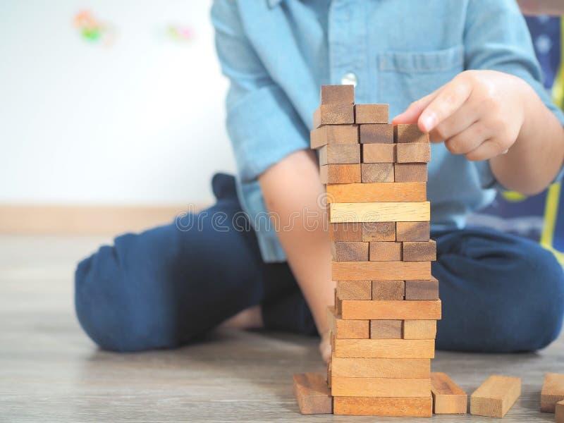 Piccolo bambino che gioca con i blocchi di legno immagini stock libere da diritti