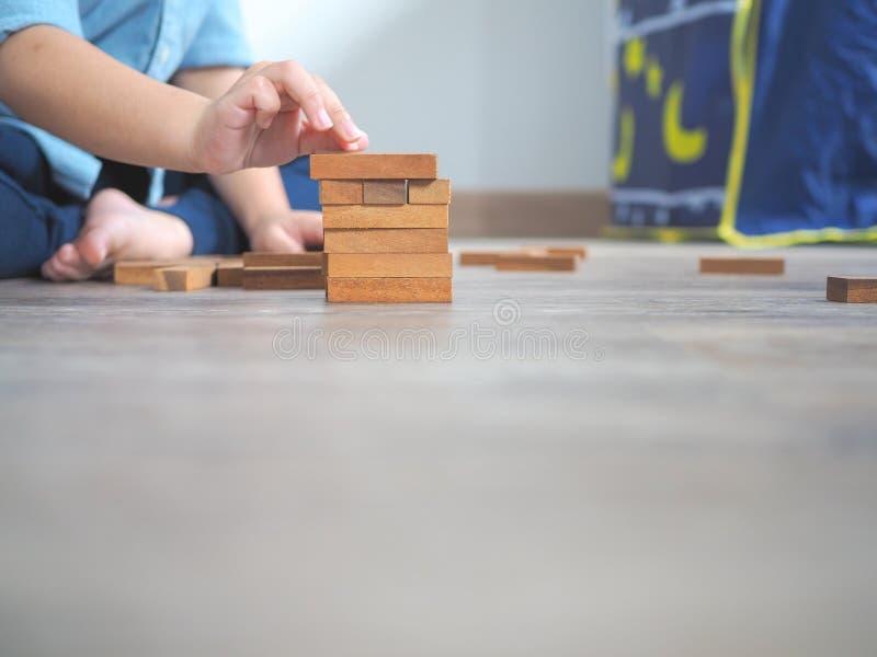 Piccolo bambino che gioca con i blocchi di legno immagini stock