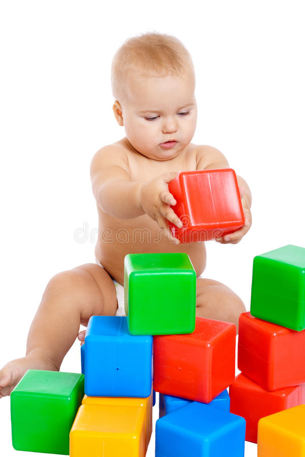 Piccolo bambino che gioca con i cubi fotografie stock