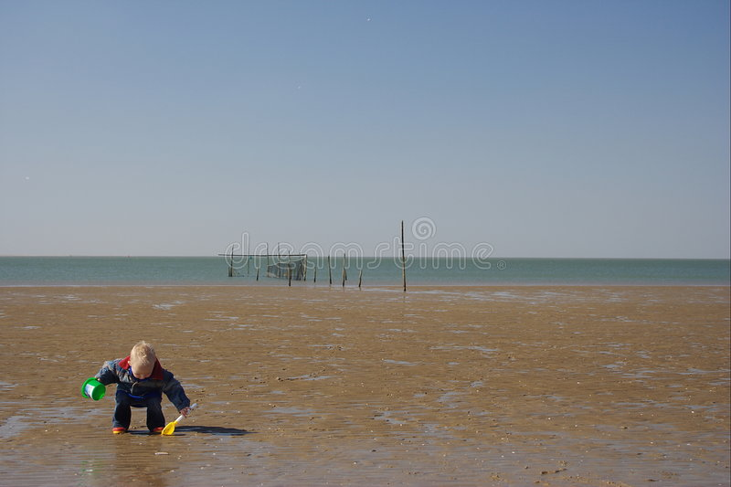 Piccolo bambino che gioca la spiaggia fotografia stock libera da diritti