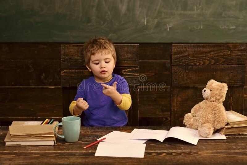 Piccolo bambino che impara contare Aggiunta dei numeri con le mani Lezione di per la matematica all'asilo fotografia stock libera da diritti