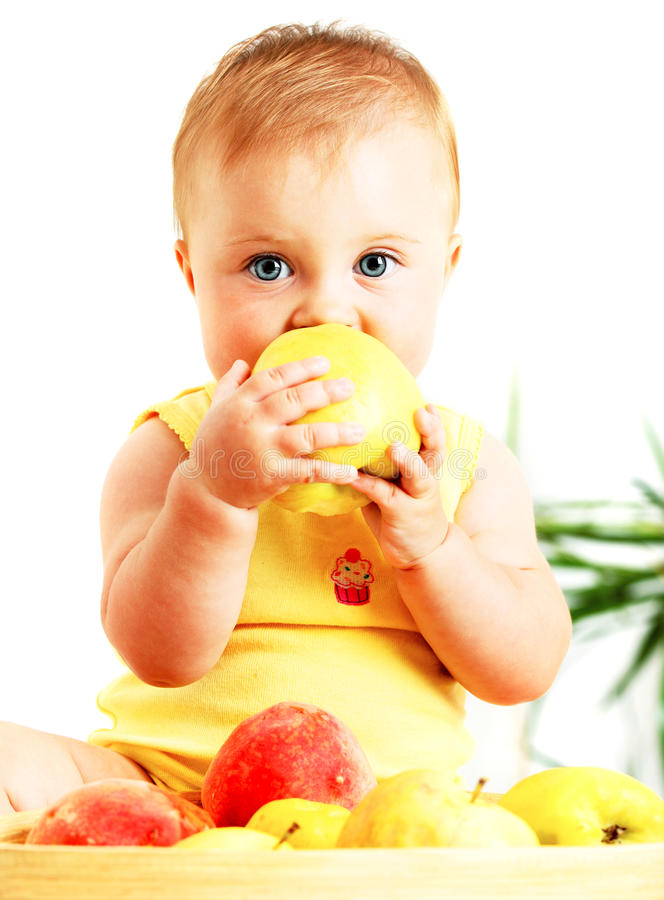 Piccolo bambino che mangia mela immagini stock