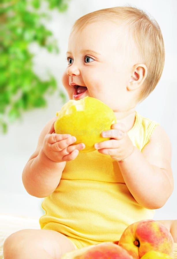 Piccolo bambino che mangia mela fotografia stock libera da diritti