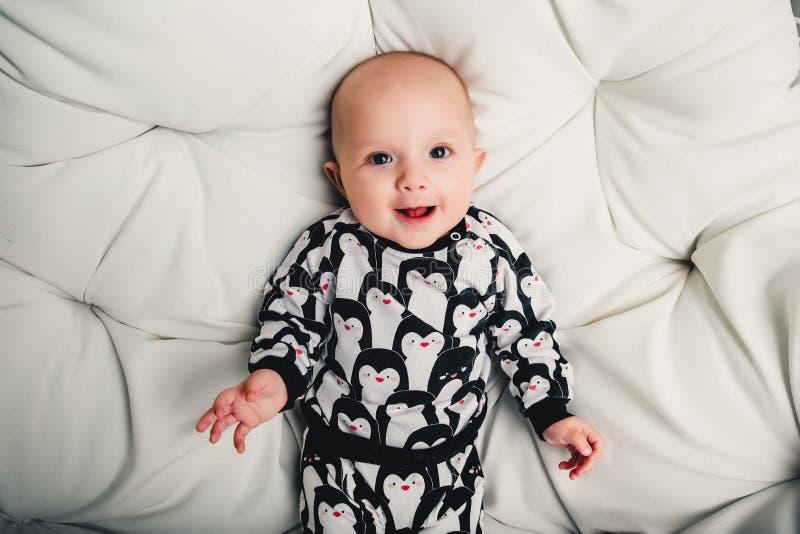 piccolo bambino che si trova su un'oscillazione e su un sorridere rotondi immagine stock