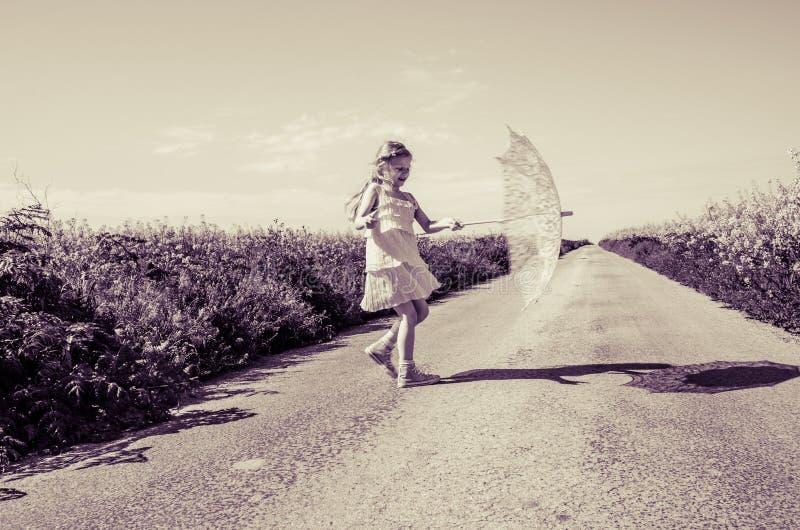 Piccolo bambino con il parasole fotografia stock libera da diritti
