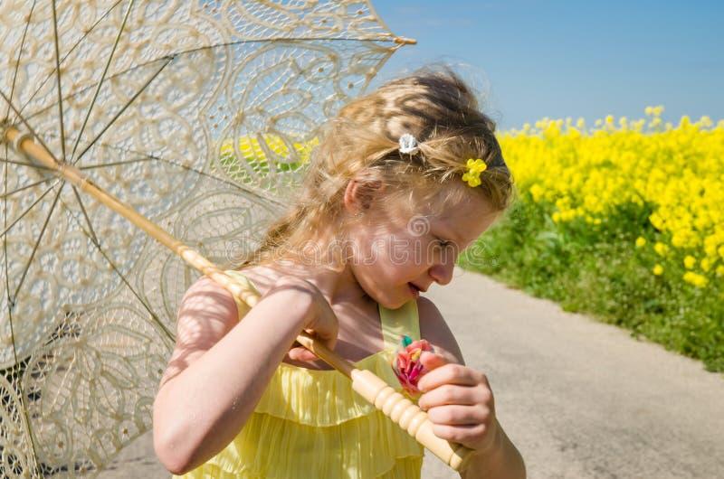 Piccolo bambino con il ritratto sorridente del parasole immagini stock