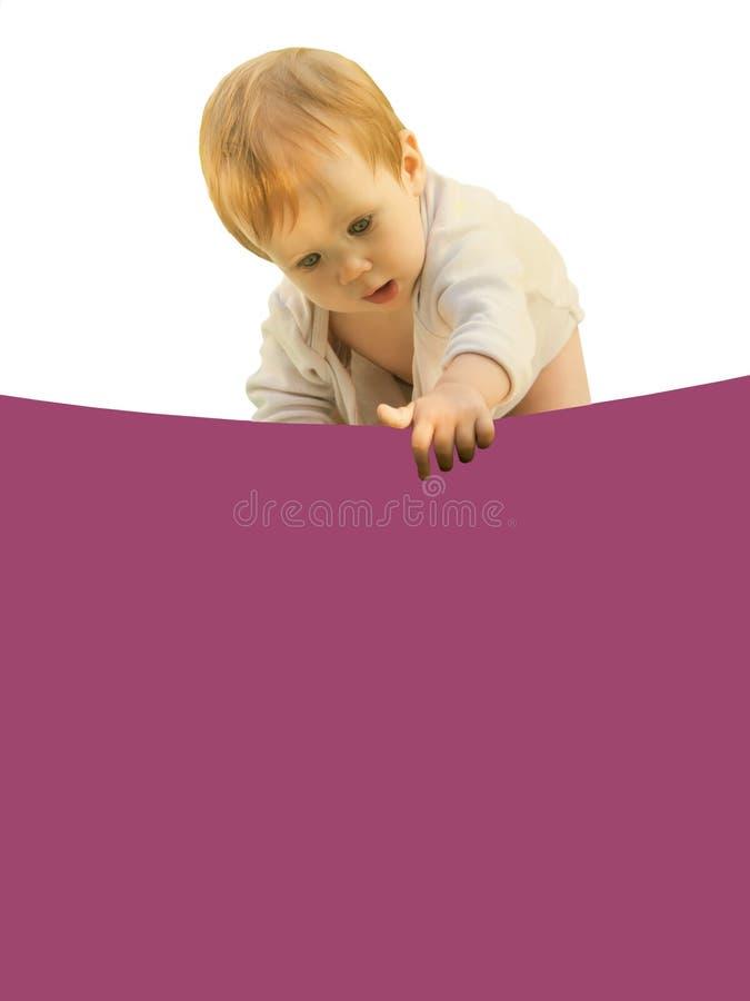 Piccolo bambino della neonata stranamente si ? chinato lo strato colorato immagine stock