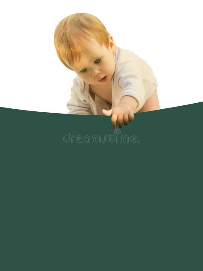 Piccolo bambino della neonata stranamente si ? chinato lo strato colorato fotografia stock libera da diritti