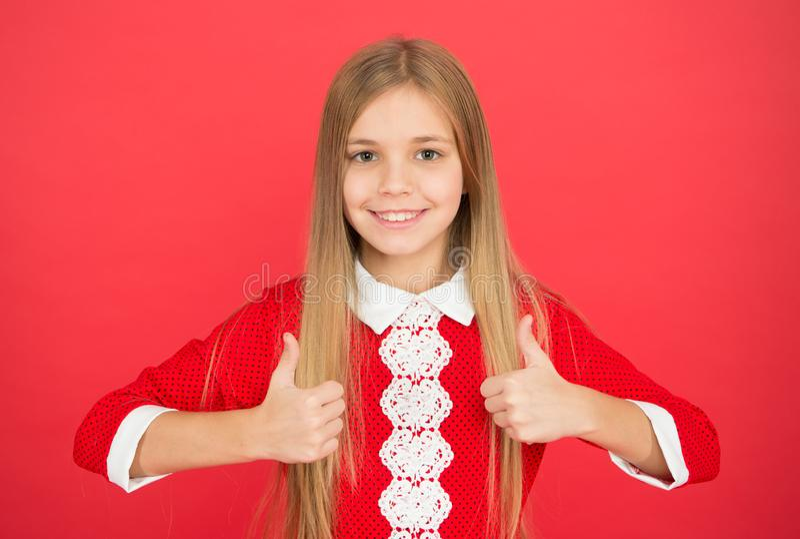 piccolo bambino della ragazza Istruzione scolastica bambina felice su fondo rosso Famiglia ed amore Il giorno dei bambini Infanzi fotografia stock libera da diritti