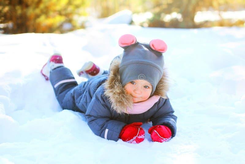 Piccolo bambino di inverno che gioca divertendosi fotografia stock libera da diritti