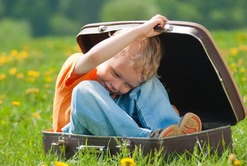 Piccolo bambino divertente sveglio fotografie stock libere da diritti