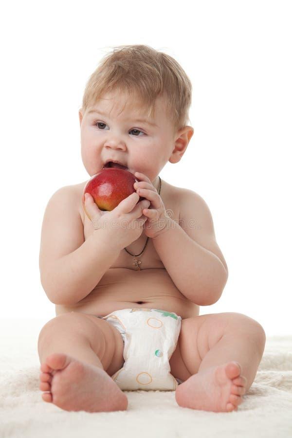 Piccolo bambino dolce con la mela. fotografia stock libera da diritti