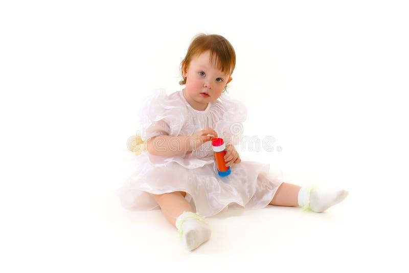 Piccolo bambino felice che gioca con la bottiglia delle bolle di sapone fotografie stock libere da diritti