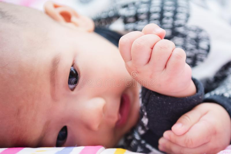 piccolo bambino felice che gioca sopra il letto in una mattina rilassata con la sua piccola sorella del bambino fotografie stock