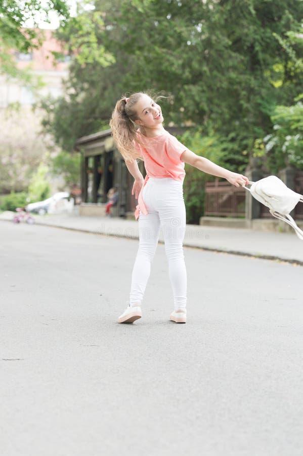 Piccolo bambino gode della passeggiata Salute, buon umore ed energia positiva Bambino energetico Risparmi l'energia per la passeg fotografia stock libera da diritti