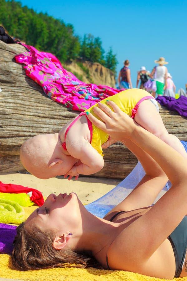 Piccolo bambino in mani del genitore della madre Estate immagini stock