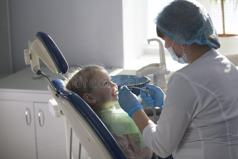 Piccolo bambino nella sedia di stomatologia - odontoiatria di bambini fotografie stock libere da diritti