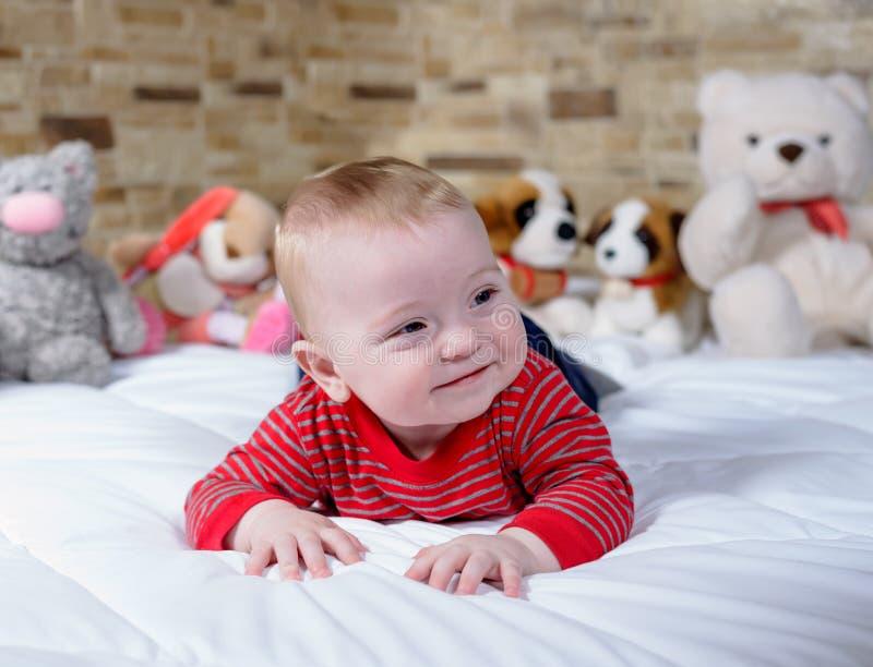 Piccolo bambino paffuto sveglio con un sorriso felice fotografia stock