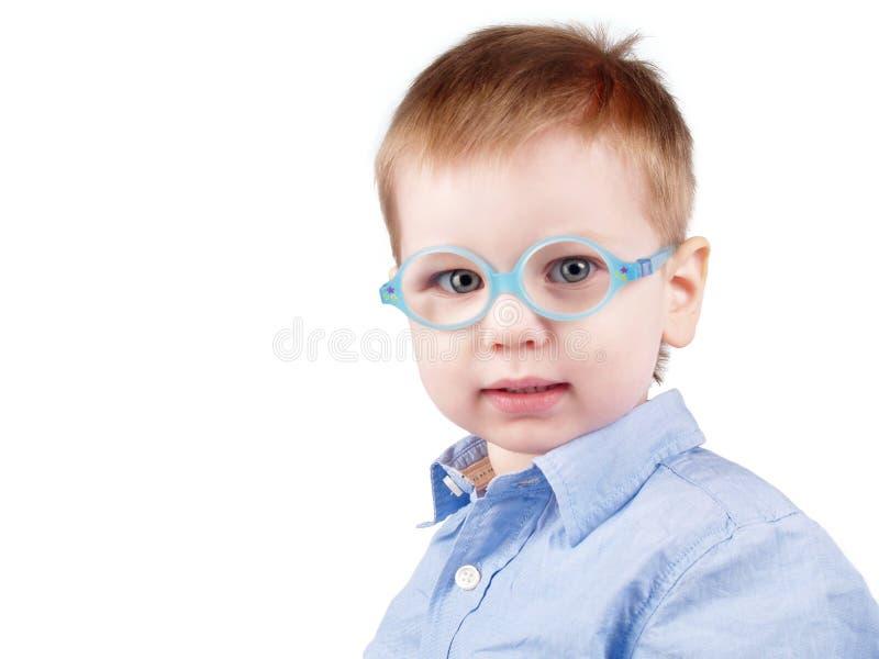 Piccolo bambino positivo con i vetri fotografia stock libera da diritti