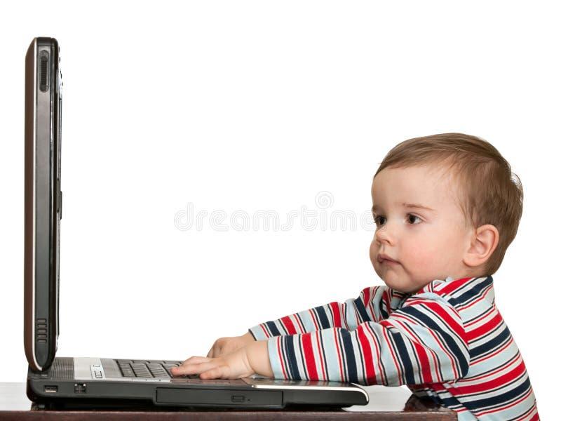 Piccolo bambino primo che studia con il calcolatore immagine stock