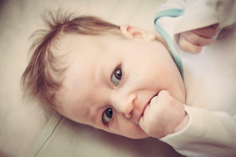 Piccolo bambino sorpreso immagini stock libere da diritti