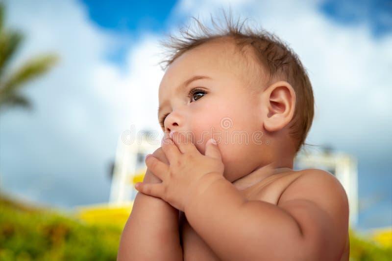 Download Piccolo Bambino Sveglio All'aperto Immagine Stock - Immagine di persona, aperto: 117978109
