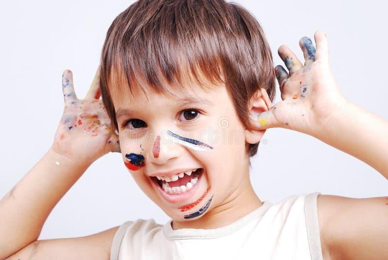 Piccolo bambino sveglio con i colori sul suo fronte immagini stock libere da diritti