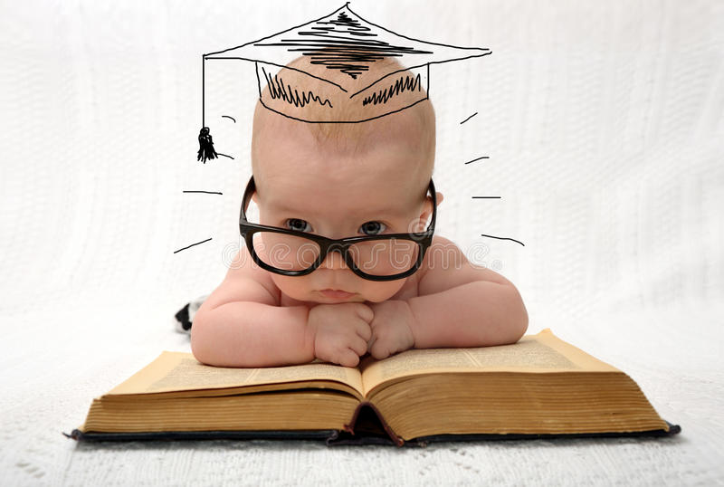 Piccolo bambino sveglio in vetri con il cappello dipinto di professore immagine stock libera da diritti