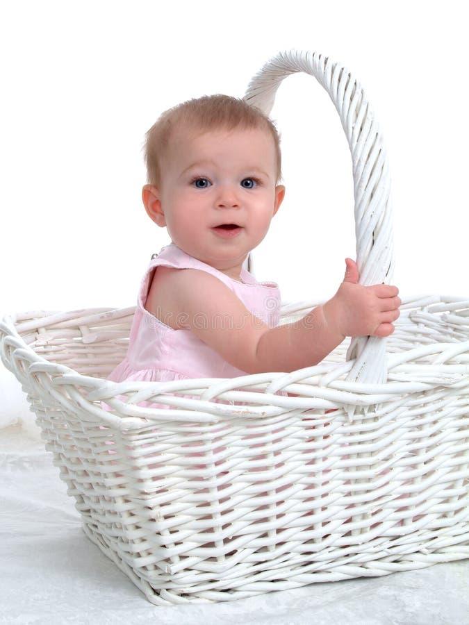 Piccolo bambino in un grande cestino fotografie stock