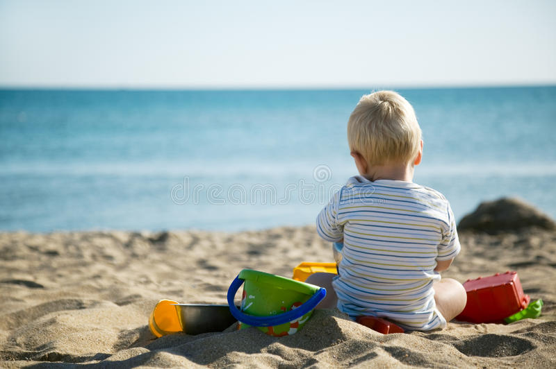 Piccolo bambino vicino al mare fotografia stock libera da diritti