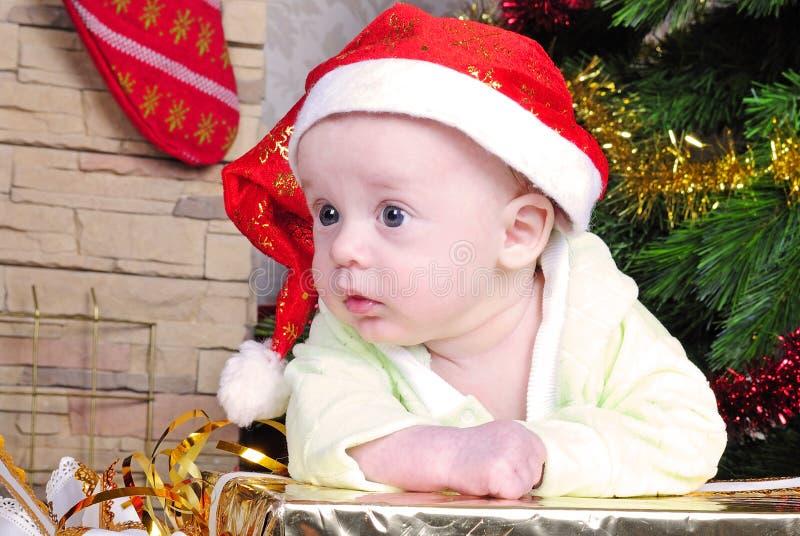 Piccolo bambino vicino all'albero del nuovo anno immagine stock libera da diritti