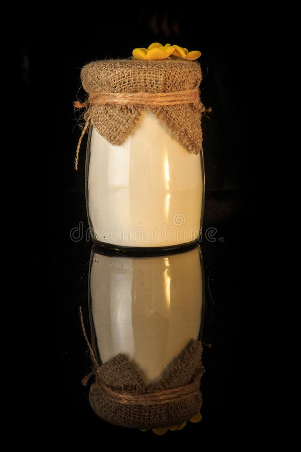 piccolo barattolo di vetro originalmente decorato con polvere bianca immagine stock libera da diritti