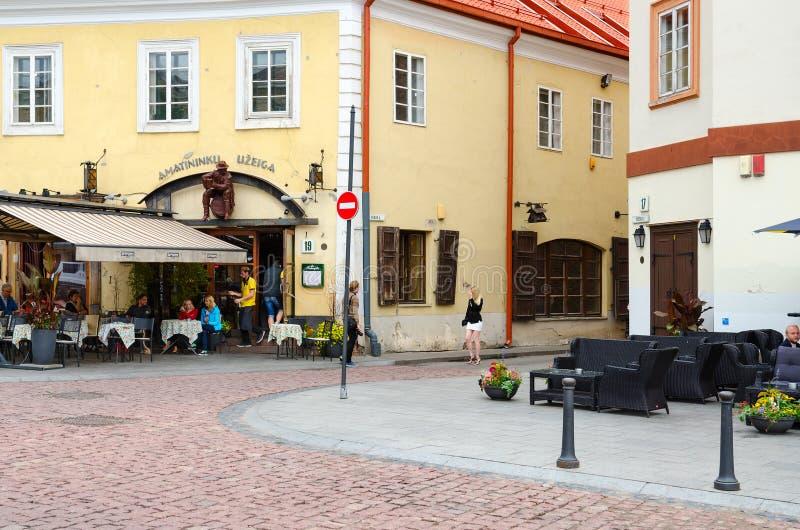 Piccolo caffè ad inizio della via Stikliu, Città Vecchia, Vilnius fotografia stock libera da diritti