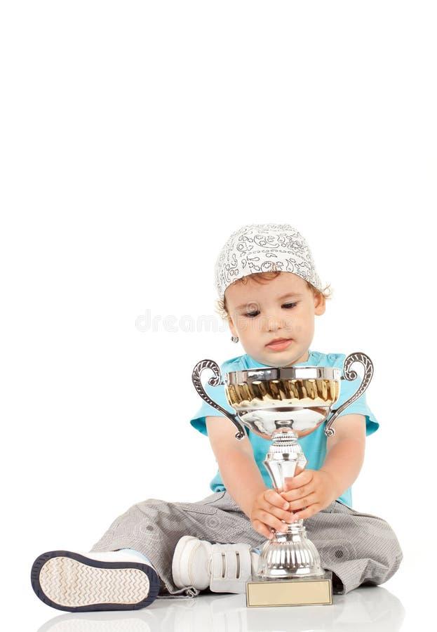 Piccolo campione con il suo trofeo immagini stock