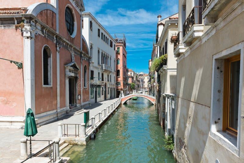 Piccolo canale a Venezia L'Italia immagini stock libere da diritti