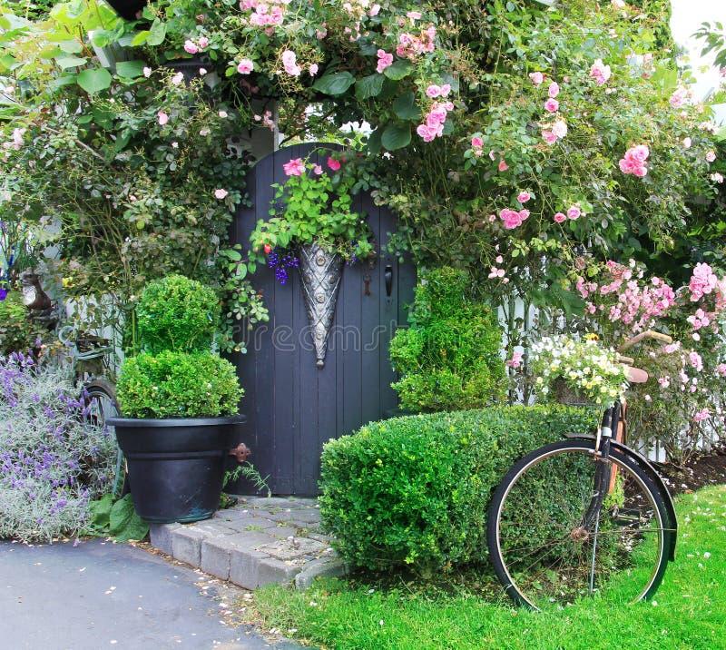 Piccolo cancello di giardino charming. immagine stock libera da diritti