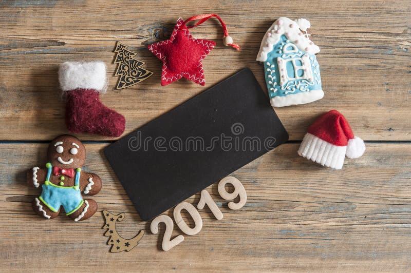 Piccolo cappello di Santa sopra le piccole lavagne ed il natale del gesso fotografia stock libera da diritti