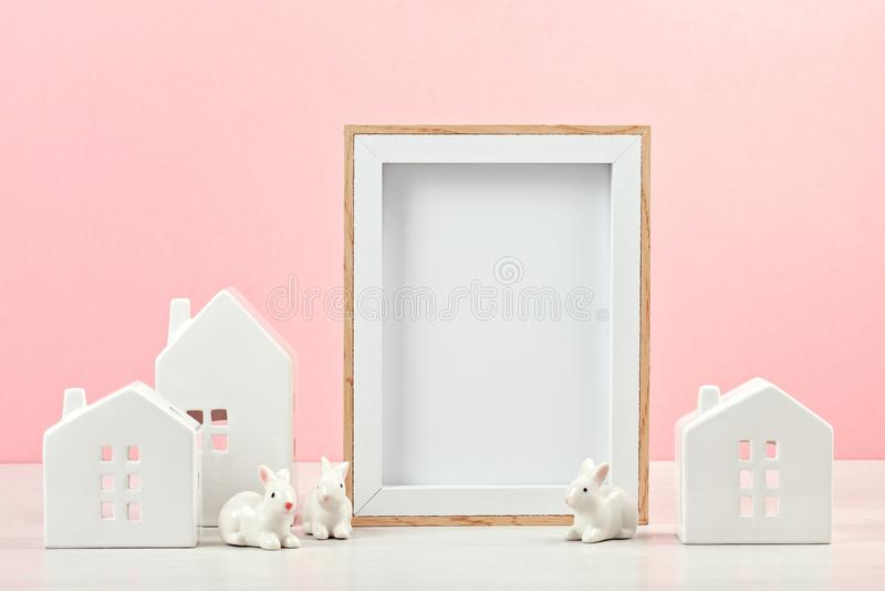 Piccolo case bianche con la struttura del modello con lo spazio FO della copia immagine stock