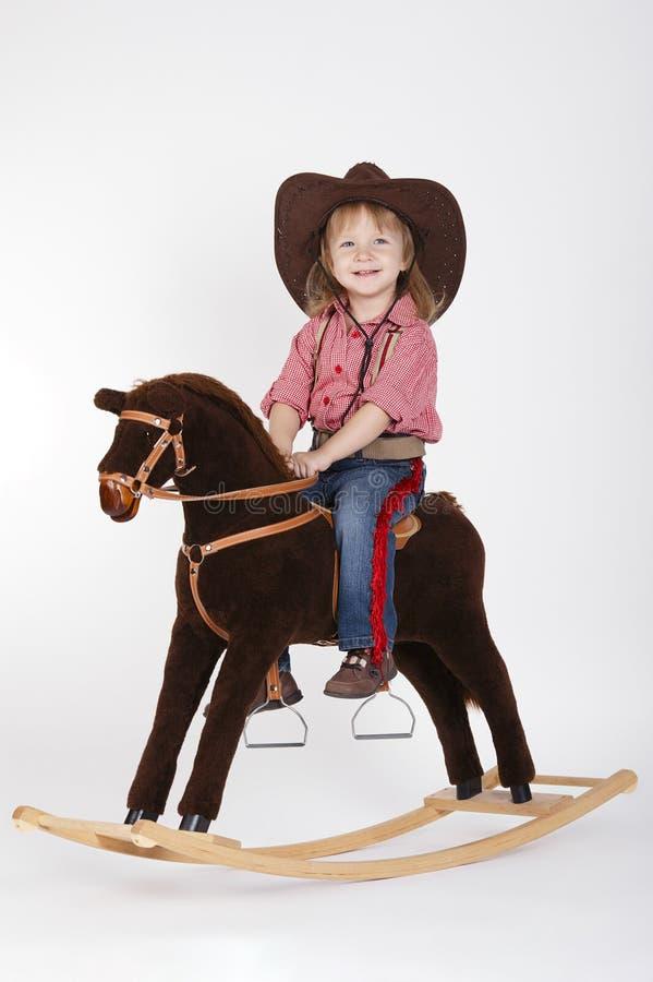 Piccolo cavallo da equitazione divertente del cowgirl fotografia stock