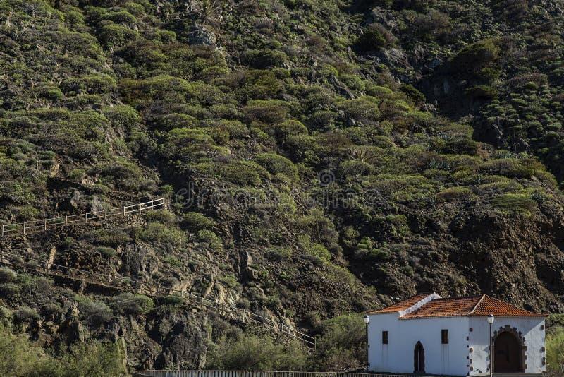 Piccolo chiesa nelle montagne dell'area intorno a Vallehermoso su La Gomera, Spagna fotografie stock